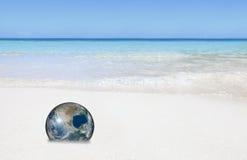 Eco Erde auf Strand stockbilder