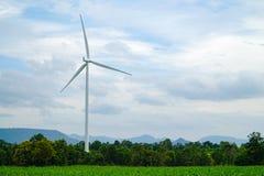 Eco för vindturbiner makt med den gröna ängen Arkivfoto