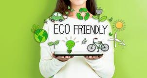 Eco freundlich mit der Frau, die eine Tablette hält Lizenzfreie Stockbilder