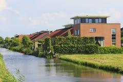 Eco freundliche Häuser mit natürlichen Gras-Dächern Lizenzfreies Stockfoto