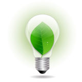 Eco gloeilamp met blad Stock Foto's
