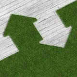 Eco grünes Haus gegen Beton 02 Stockfotografie