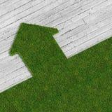 Eco grünes Haus gegen Beton Stockfoto