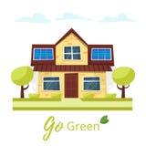 Eco hus med solpaneler Arkivfoto