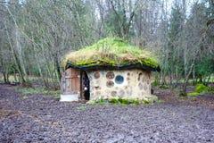 Eco hus som göras med naturliga material i Estland med åsnan Royaltyfri Bild