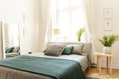 Eco katoenen linnen en deken op een bed in aard het houden van familiekosthuis voor de lente en de zomervakantie Echte foto royalty-vrije stock foto's