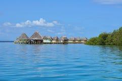 Eco kurort nad wodą z pokrywać strzechą kabinami Panamskimi Zdjęcia Royalty Free