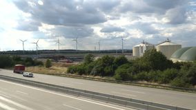 Eco Leistung Windturbinen, die Elektrizität festlegen stock video footage
