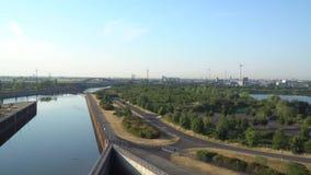 Eco Leistung Windturbinen, die Elektrizität festlegen Die Schleuse, Schiffsaufzug Magdeburg stock video
