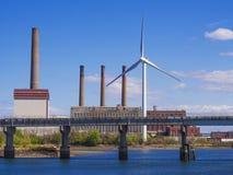 Eco makt, vindturbin i staden Arkivfoto