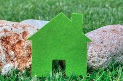 Eco mieści pojęcie w zielonej trawie i kamieniach, zielona eco domu ikona w naturze Fotografia Royalty Free