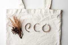 Eco naturalny organicznie tekst od lasowych deteails na bia?ym bawe?nianym torby tle, ?yczliwym, ekologia zero ja?owych literowa? fotografia royalty free
