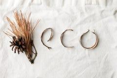 Eco naturalny organicznie tekst od lasowych deteails na bia?ym bawe?nianym torby tle, ?yczliwym, ekologia zero ja?owych literowa? obrazy stock