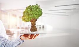 Eco pone verde el concepto del ambiente presentado por el árbol como mecanismo o motor de trabajo Fotografía de archivo