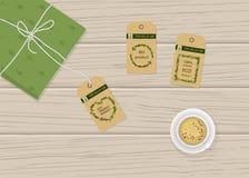 Eco-produkt etiketter som isoleras på en träbakgrund royaltyfri bild
