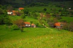 Eco que vive en pequeñas casas en las colinas Fotos de archivo libres de regalías