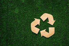 Eco réutilisent le signe fait de papier de métier sur l'espace de copie de vue supérieure de fond d'herbe verte photo libre de droits