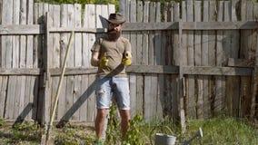 Eco robotnik rolny Portret przystojny m?ody brodaty m??czyzna na wiosny tle Średniorolna chłopiec bierze warzywa na pogodnym zbiory