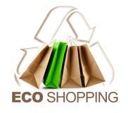 Eco shoppingtecken med pappers- påsar som isoleras på vit Fotografering för Bildbyråer