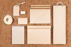 Eco soppressione l'imballaggio, cancelleria, regali della carta kraft sul fondo marrone della fibra di noce di cocco Fotografia Stock