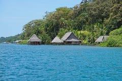 Eco stróżówka z pokrywać strzechą budami nad wodnym Panama Zdjęcia Royalty Free