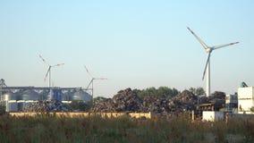 Eco ström Vindturbiner som frambringar elektricitet och, rackar ner på nedgrävning av sopor arkivfilmer