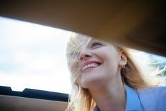 Eco-Transport Hübsche Frauenreise durch Automobiltransport Frau genießen Autoreise Eco freundlich und stützbar lizenzfreie stockfotografie