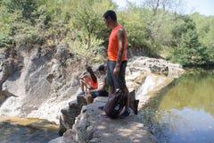 Eco turism och sunt livsstilbegrepp Aktiva fotvandrare Royaltyfri Bild