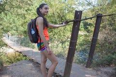 Eco turism och sunt livsstilbegrepp Ung fotvandrare med ryggsäcken Aktiva fotvandrare Turist med ryggsäcklopp Royaltyfri Bild