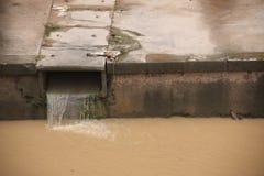 Eco-Unfall, den Fluss verunreinigend. Stockfotografie