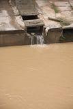Eco-Unfall, den Fluss verunreinigend. Stockfotos