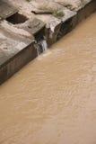 Eco-Unfall, den Fluss verunreinigend. Lizenzfreie Stockfotos