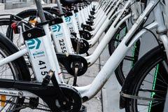 Eco usługuje do wynajęcia białego rower w Madrid mieście obraz stock