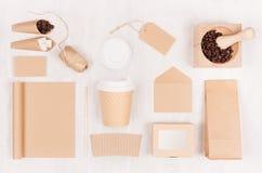 Eco vänlig kaffemall för design som annonserar och brännmärker - brun pappers- kopp, tom anteckningsbok, ask, socker, kort, bönor arkivbild