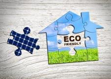 Eco vänligt hem- begrepp, pusselhus med det sol- batteriet arkivfoton