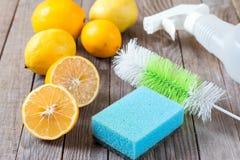 Eco-vänskapsmatch naturliga rengöringsmedel natriumbikarbonat, citron och torkduk på trätabellen arkivfoton