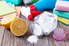 Eco-vänskapsmatch naturliga rengöringsmedel natriumbikarbonat, citron och torkduk på trätabellen i hand Royaltyfri Foto