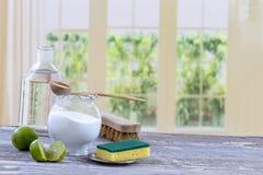 Eco-vänskapsmatch naturliga rengöringsmedel natriumbikarbonat, citron och torkduk på trätabellkökbakgrund, arkivbild