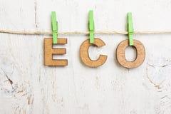 Eco van houten brieven op een witte oude die achtergrond wordt gemaakt Stock Fotografie