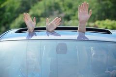 Eco vriendschappelijke brandstof Handen die in open autobroedsel gesturing Het reizen door auto Het genieten van weg van reis Aut stock afbeeldingen