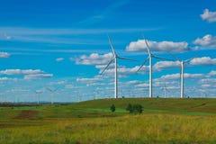 Eco-Windstromgenerator auf der Wiese Stockbild
