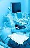 Ecografía de la mujer embarazada, tono azul Imagen de archivo libre de regalías