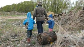 ecología Descargue, los niños jovenes en el área contaminada así como su madre viven en el futuro almacen de metraje de vídeo