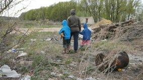 ecología Descargue, los niños jovenes en el área contaminada así como su madre viven en el futuro metrajes