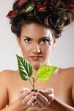 Ecología hermosa de la muchacha adolescente con el lanzamiento verde del árbol Fotografía de archivo