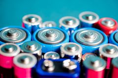 Ecología que recicla concepto Muchos diversos tipos usados o nueva batería foto de archivo
