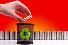 Ecología que recicla el concepto, energía de la naturaleza, descenso de la mano del hombre usado o Imagen de archivo