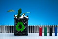 Ecología que recicla la batería del concepto, de la energía de la naturaleza, encendido usado o nuevo Fotografía de archivo libre de regalías
