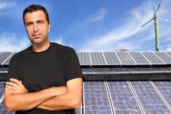 Ecología solar del retrato del hombre de las placas de la energía verde Foto de archivo