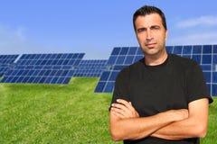 Ecología solar del retrato del hombre de las placas de la energía verde Imagen de archivo